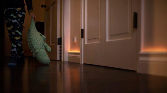 Attiva le luci connesse con i sensori di movimento
